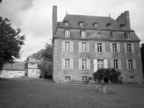 Le chateau de Kerhir, et a l'arrière le vieux manoir