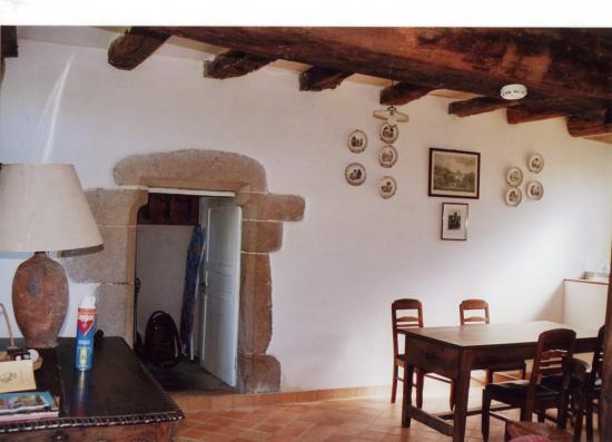 l'agréable salle à manger et la porte de l'escalier à vis