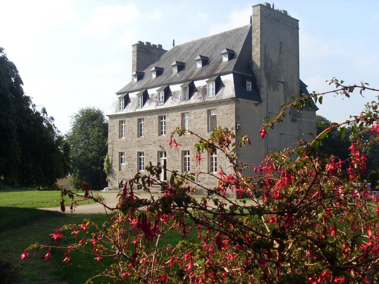 le chateau de Kerhir vu du grand gite du vieux manoir